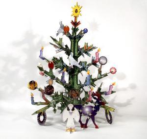 För den som inte vill ha en klassisk julgran är den här granen från Moderna museets butik ett alternativ. Granen är tillverkad av återvunnen kartong, går att ta isär och använda igen nästa år. 335 kronor kostar den.Foto: Moderna museet