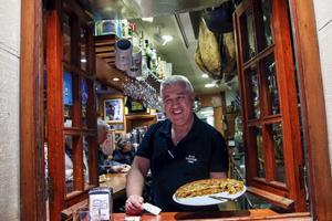 Tito Moraiis på Bar Nestor serverar tortilla till förbipasserande på gatan i San Sebastián.