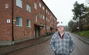 Nils-Olof Danielsson, Hyresgästföreningen, framför några av husen på Tallbacksvägen som Kopparstaden nu ska försöka att sälja.foto: erik jerdén