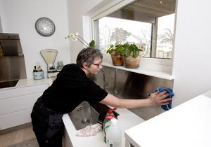 Olika material behöver olika typer av rengöringsmedel. Ta till exempel inte ugnsrengöring till rostfritt.