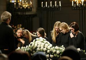 Fadime Sahindals begravning i Uppsala domkyrka 2002. Hon mördades av sin pappa Rahmi för att hon hade sällskap med en pojke som inte familjen godkänt.