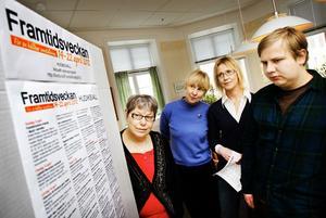 Lena Husén och Viveka Höglund från omställning Hudiksvall, Helen Hedvall Tynér från biblioteket och Joar Ekenstaf från Bromangymnasiet studerar framtidsveckans program.