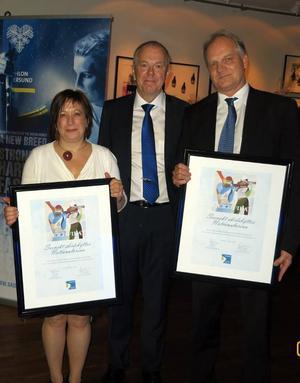 Svenska Skidskytteförbundets ordförande Olle Dahlin har delat ut certifikaten till nationalarenan till Karin Thomasson från Östersunds kommun och Anders Byström, Regionsförbundet. De två finansiärerna av stadion.