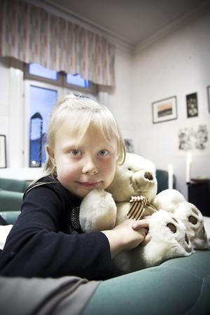 Nancy Sellvén ,7, hittade en nalle hon gillade och döpte den till Peter.