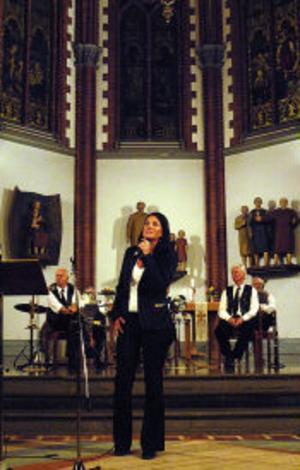 Karolina Backlund framförde solosång. I bakgrunden syns Barfota Jazzmen.