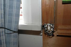 Höljet till telefonjacket for i väg som en projektil och slog bort en knopp på en väggklocka i sin framfart.