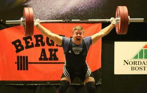 Tobias Wiklund med det nya svenska rekordet i ryck för veteraner – 126 kilo.