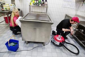 """Lena Andersson och Jocke Nydahl från en saneringsfirma inkallades för att städa undan förödelsen. """"Det är inte första gången vi städar efter pulversläckare som tömts i lokaler"""", säger Jocke Nydahl."""