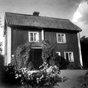 Förr. Den gamla huvudbyggnaden på Gryta gård var från 1800-talet.
