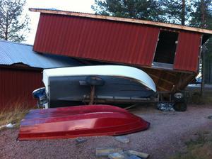 Båthuset nere vid Siljan i byn Ryssa utanför Mora kastades upp i luften av stormvindarna och landade uppe på ett annat båthus.