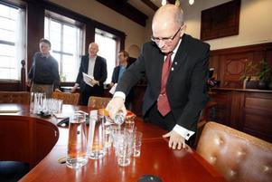 18 februari 2011 firade kommunledningen att vattnet återigen var friklassat. Kommundirektör Bengt Marsh hällde upp det rena vattnet och serverade alla som kom på presskonferens. Arkivbild.