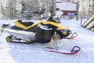 Borta, en Ski-doo, cirka tio år gammal.