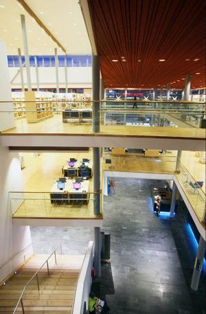 Många typer av kulturformer ryms på de olika planen i Kulturens Hus i Luleå, här syns bland annat bibliotek med böcker och datorer.