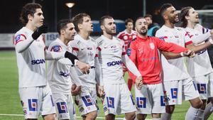 Assyriskaspelarna tackar publiken efter 2–1-segern mot Degerfors på Arenan i superettans sista omgång. Segern innebar att AFF slutade fyra i tabellen.