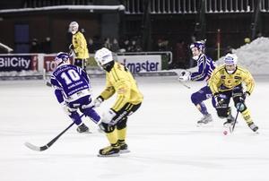 Jonas Nygren i ett av många anfallsförsök av Broberg i den första halvleken.