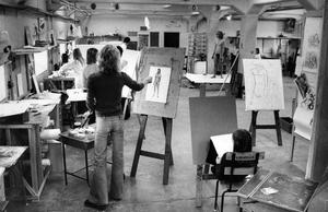 Studiet av den nakna människokroppen ger nycklarna till många formproblem och modellmålning är ett regelbundet inslag i konstskolans undervisning.