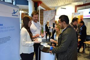 Viktor Svensson och Amanda Sjöberg pratar med Kalle Bryntesson och Matilda Garbe från Akzo Nobel.