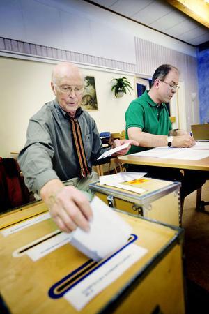 Kjell Hamrén och Per Eriksson, valförrättare i Björktjära skola.