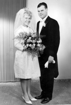 Då. Ann-Britt och Thomas Jonsson gifte sig 12 februari 1966 i Tomaskyrkan, Gävle.