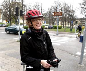 En gång när Birgitta Emretsson cyklade Vätternrundan vurpade hon rejält. Cykelhjälmen såg ut som ett knäckt äggskal efteråt, men huvudet klarade sig.– Utan hjälm hade jag inte stått här nu. Jag har alltid hjälm när jag cyklar, det är lika självklart som bälte i bilen.