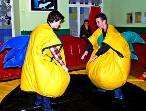 Under lördagens festival får deltagarna prova på att brottas i sumodräkter, en aktivitet som brukar vara populär.