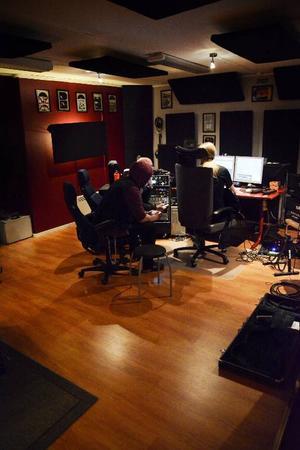 När musiken väl är inspelad är jobbet i datorn minst lika krävande för att det tio låtar långa albumet ska låta bra.