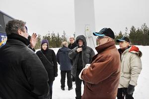 Det blåste bra när Ljusdalsborna synade vindkraftverk på nära håll i Ludvika.