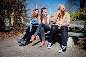 Vill sluta. Stina Eriksson, Lovisa Johansson-Sundman, och Amanda Andersson går i nian på Glanshammars skola.  – Flera skolkamrater har slutat och bytt skola. Jag skulle också ha gjort det om det inte varit så kort tid kvar, säger Amanda.