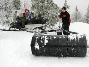 Peter Högberg fixar med välten som plattar till snön och tillsammans med Simon Högberg preparerades skoterleder i Havsnäs den här dagen.
