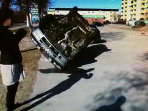 Förstörd. Mazdan låg på taket med omfattande skador när bilägaren kom ut på parkeringen på morgonen.Foto: Privat