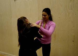 Alexandra Andreou är en fighter på basketplanen. På denna träning fick hon lära sig en ny typ av fight. Här försöker hon avvärja en attack från lagkamraten Stina Dahlin.