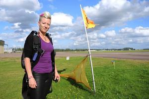 På flygfältet trivs Angelica Sjöholm. Hon har hoppat fallskärm sedan 2007.