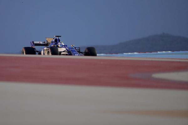 Marcus Ericsson har haft det tufft i öknen i Bahrain hela helgen, och tvingas starta näst sist i söndagens race.