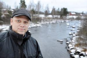 Bollnäs kommuns limnolog Tommy Vestersund vid Dönje kraftverk norr om Bollnäs. Bilden togs för drygt ett år sedan.