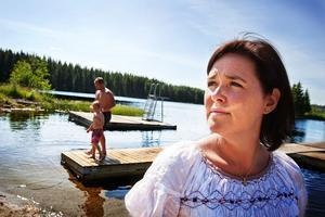 Sommarstugan i Alby är familjen Pålsson-Sällings tillflyktsort. Peter och Leon badar ofta i Torsviken när de är här.
