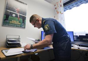 """SOS Alarm lämnar inte ut larmsamtal om inte minimistraffet är två år eller mer.  Från polishåll beskrivs det som """"galet"""". """"Vi har haft ett bra samarbete men nu börjar det ställas på sin spets"""", säger Mikael Eriksson, tf chef för utredningssektionen i Västmanland."""