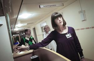Ann-Margret Josefsson ansvarar för planeringen av den stora flytten och samordningen av resurser inom primärvården i Ljusdal. I bakgrunden verksamhetschefen Kerstin Hallonqvist och vårdutvecklaren Tommy Pettersson.