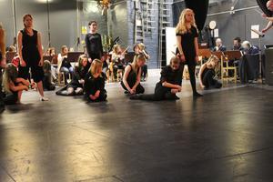Över 70 personer deltar i föreställningen.