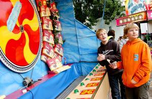 I hopp om vinst gjorde Elias Niskanen och Simon Kenttälä några satsningar i chokladhjulet.