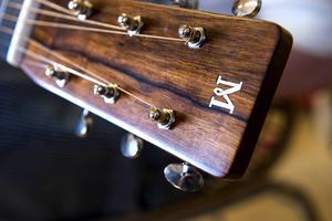 Föregångaren är en amerikansk Martin från 30-talet. Marklunds gitarrer pryds också med ett M.