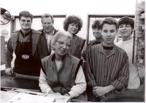 Två välkända snabbköpskassörskor, Gertrud närmast och Ingrid bakom henne, bland arbetskamrater på Ica i Grisslehamn för 20 år sen.