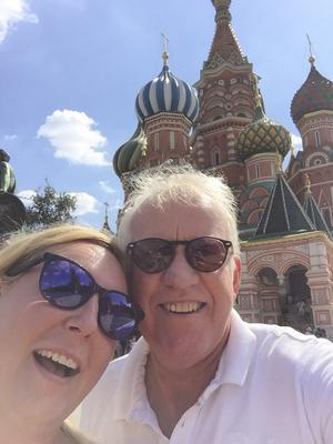 Selfie. Johanna Matsdotter och Mats Lennartsson vid St Pauls katedral i Moskva.