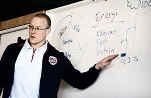 Mattips. Kostexperten Erik Hellmén besökte matsalen på Fröviskolan på torsdagskvällen för att prata om hur och vad idrottande ungdomar bör äta.