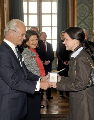 Malin Hartelius får medaljen Litteris et artibus av kungen.