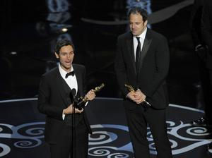 Malik Bendjelloul och medproducenten Simon Chinn tar emot den första Oscarsstatyetten för en svensk långfilm på 29 år, för