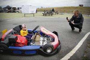 Maja och Robert Elfvendal passade på att testa karting på Östersunds Motorstadion.