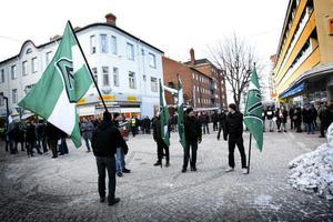 Drygt 200 Ludvikabor hade samlats i korsningen Storgatan–Carlavägen för att följa Svenska motståndsrörelsens offentliga möte.