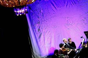Pianisten Stefan B Nilsson och Archi Jamt bjöd på en vacker och på samma gång kärv kväll med de två pianokvintetterna av Schumann och Schnittke.