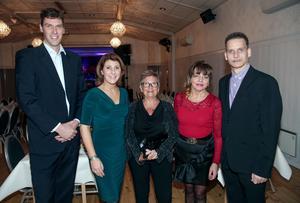 Anna Spendrup i grön klänning trivdes i sällskap med veteranerna Mattias Berntsson, Karin Hjelm-Sjögren, Elisabeth Karlsson och Gunnar Berglund.