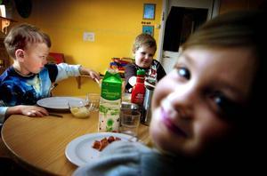 Matbord utspridda i olika rum på förskolan gör det möjligt att få matro trots att 20 barn ska äta samtidigt på förskolan Bjursen. Här är det Daniel Bark, Hugo Adeklint och Moa Hedlöv som fyller på med ny energi.